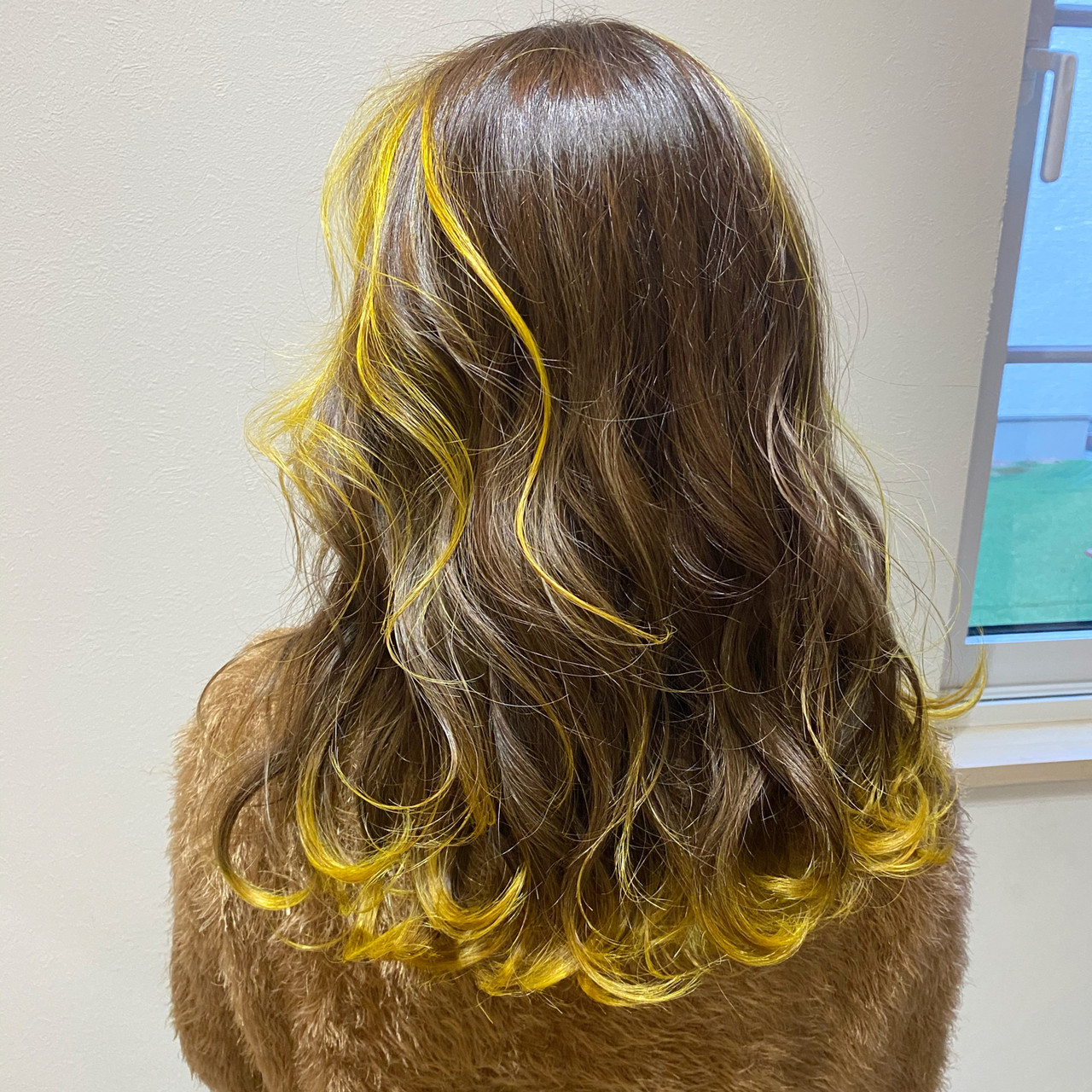 裾カラー フェミニン ロング イエロー ヘアスタイルや髪型の写真・画像