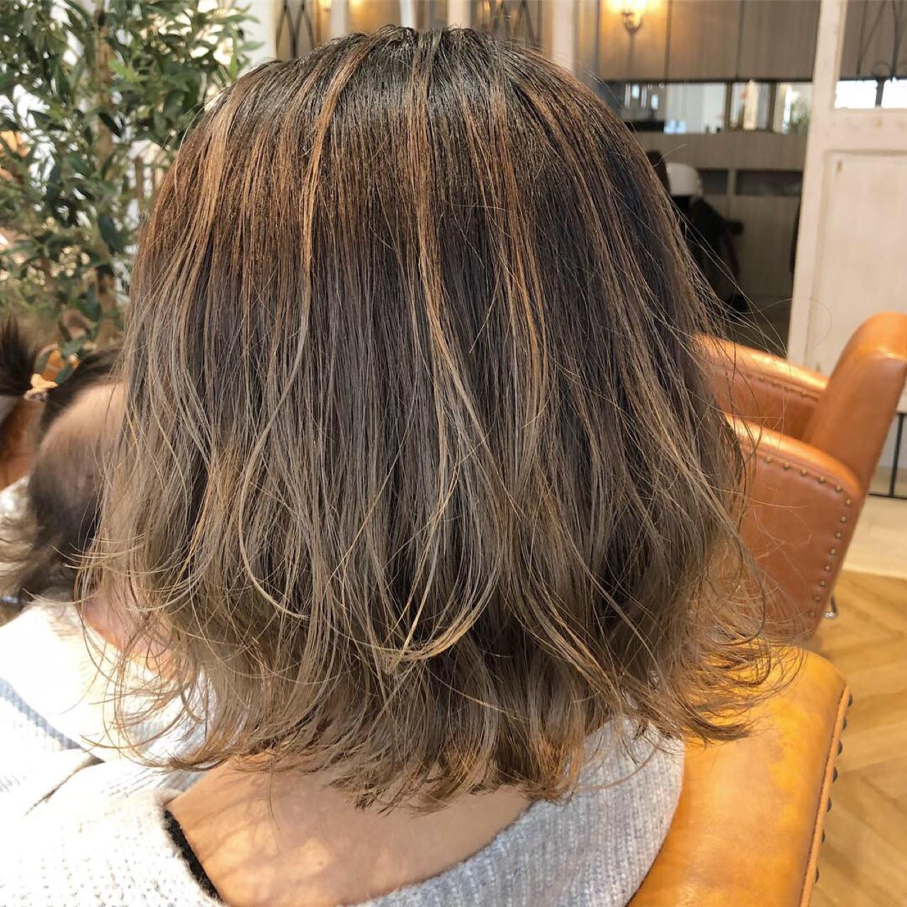 グレージュ アンニュイ ナチュラル ウェーブ ヘアスタイルや髪型の写真・画像 | takuya / mlife
