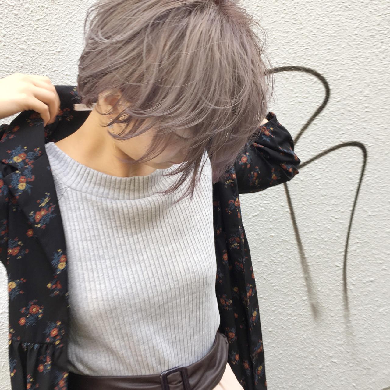 グレージュ ショート フェミニン ホワイトアッシュヘアスタイルや髪型の写真・画像