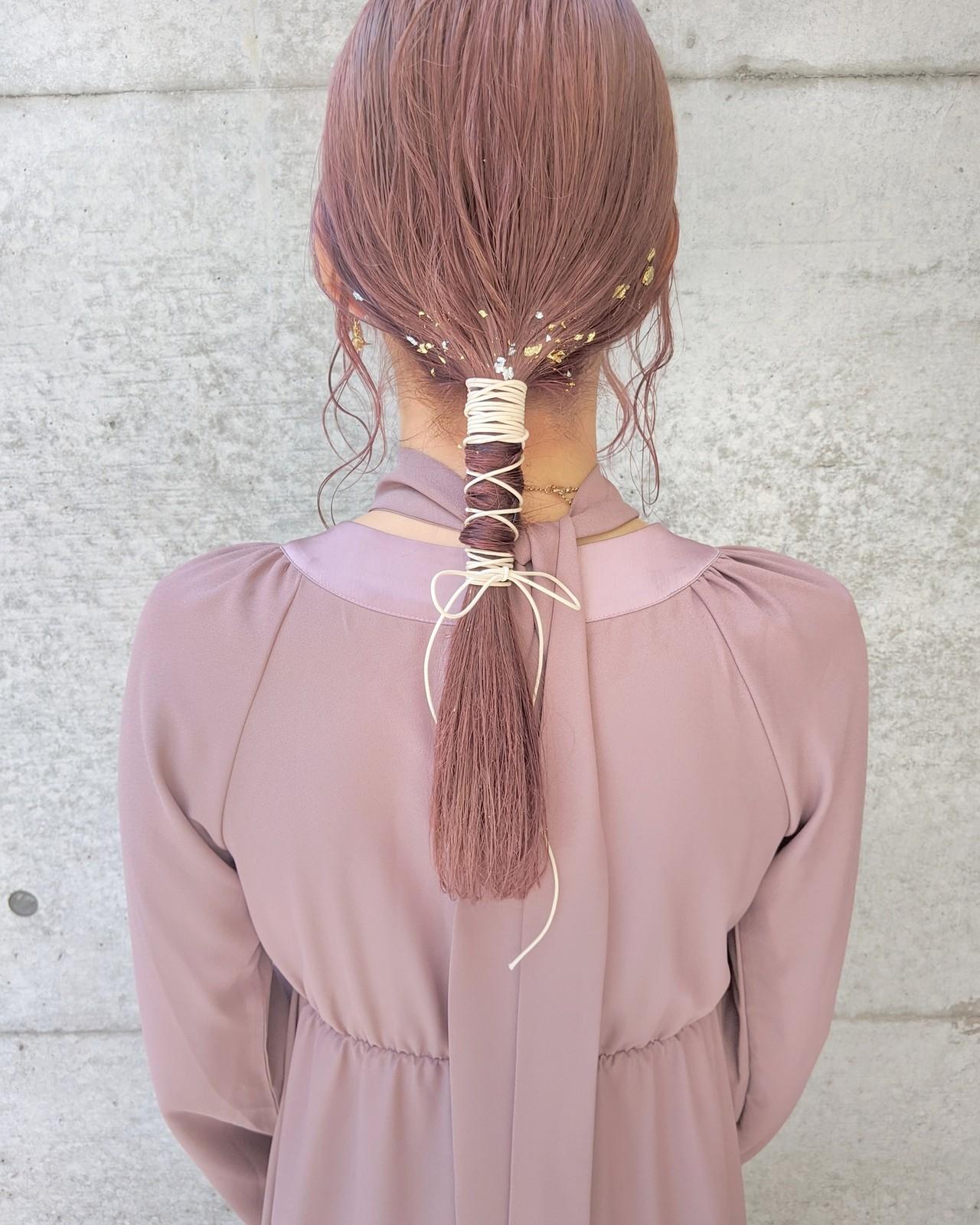 ピンクベージュ リボンアレンジ 紐アレンジ ローポニーテール ヘアスタイルや髪型の写真・画像