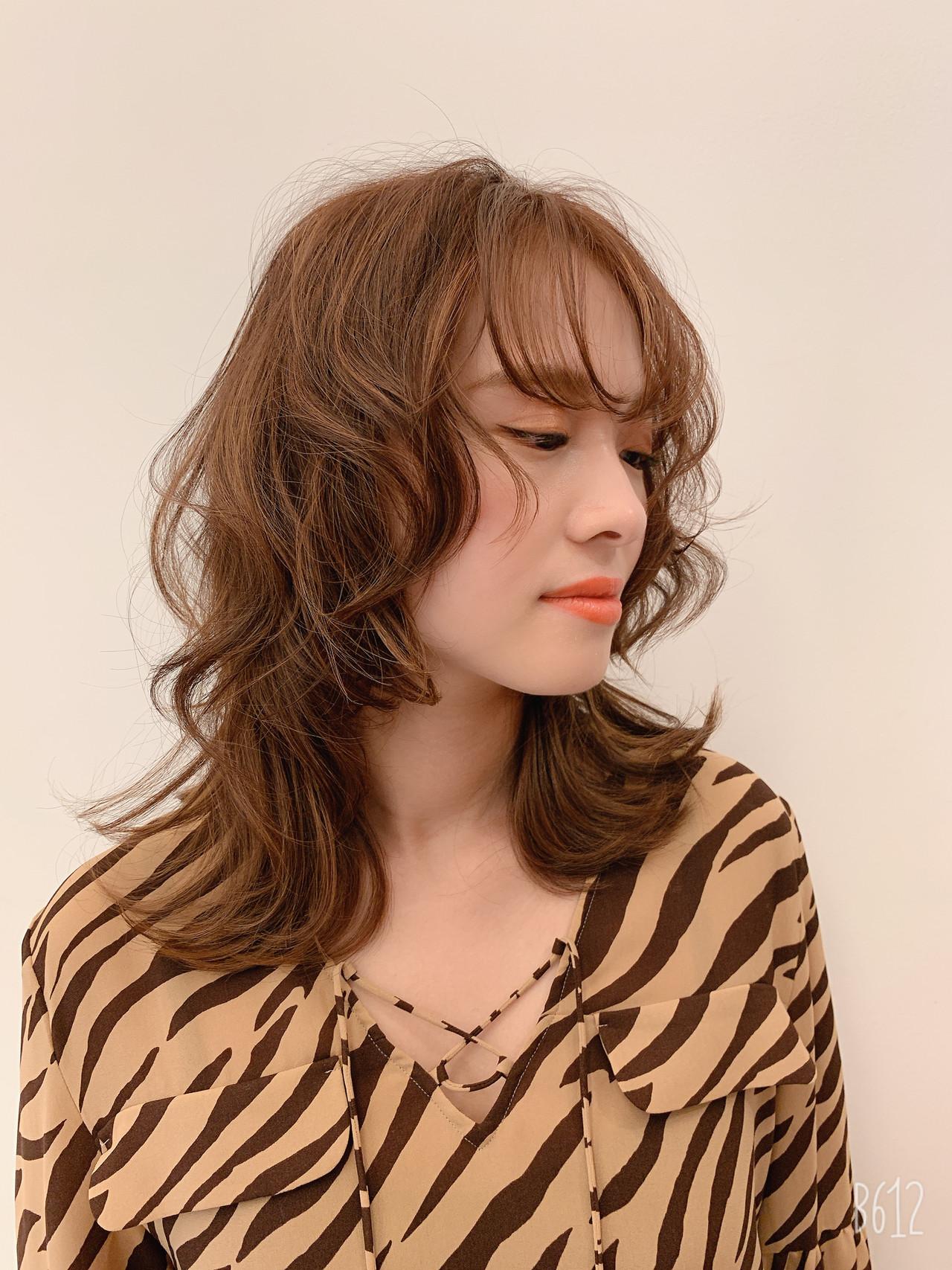 パーマ ウルフカット ミディアム ナチュラルヘアスタイルや髪型の写真・画像