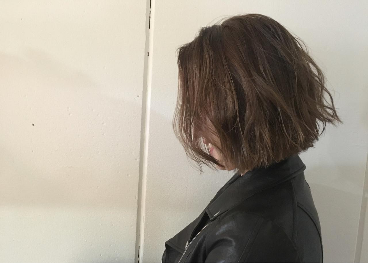 ボブ 外ハネ グレージュ モード ヘアスタイルや髪型の写真・画像   杉谷 将也 / DiLL / DiLL