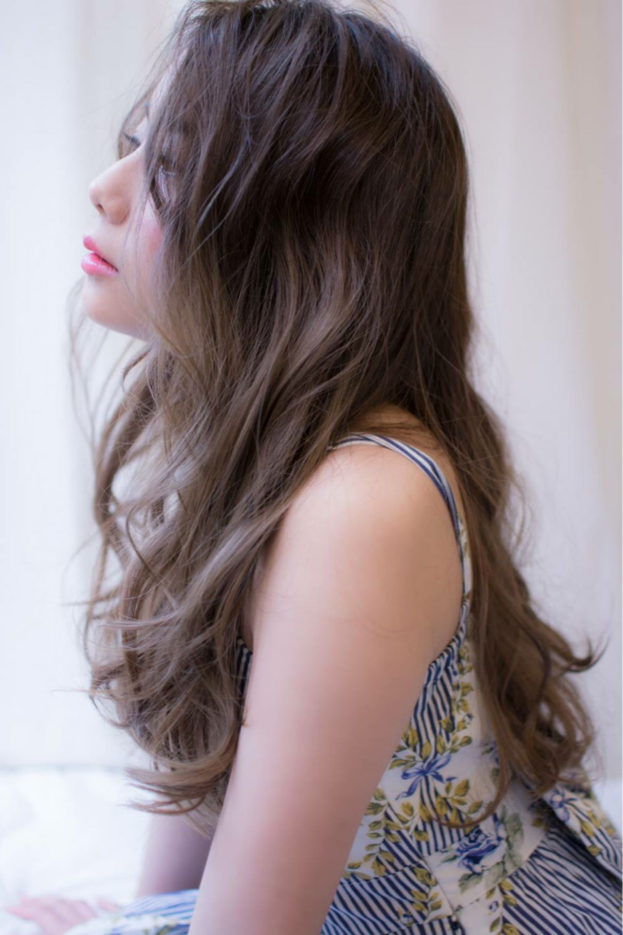 コンサバ 愛され グレーアッシュ センターパートヘアスタイルや髪型の写真・画像