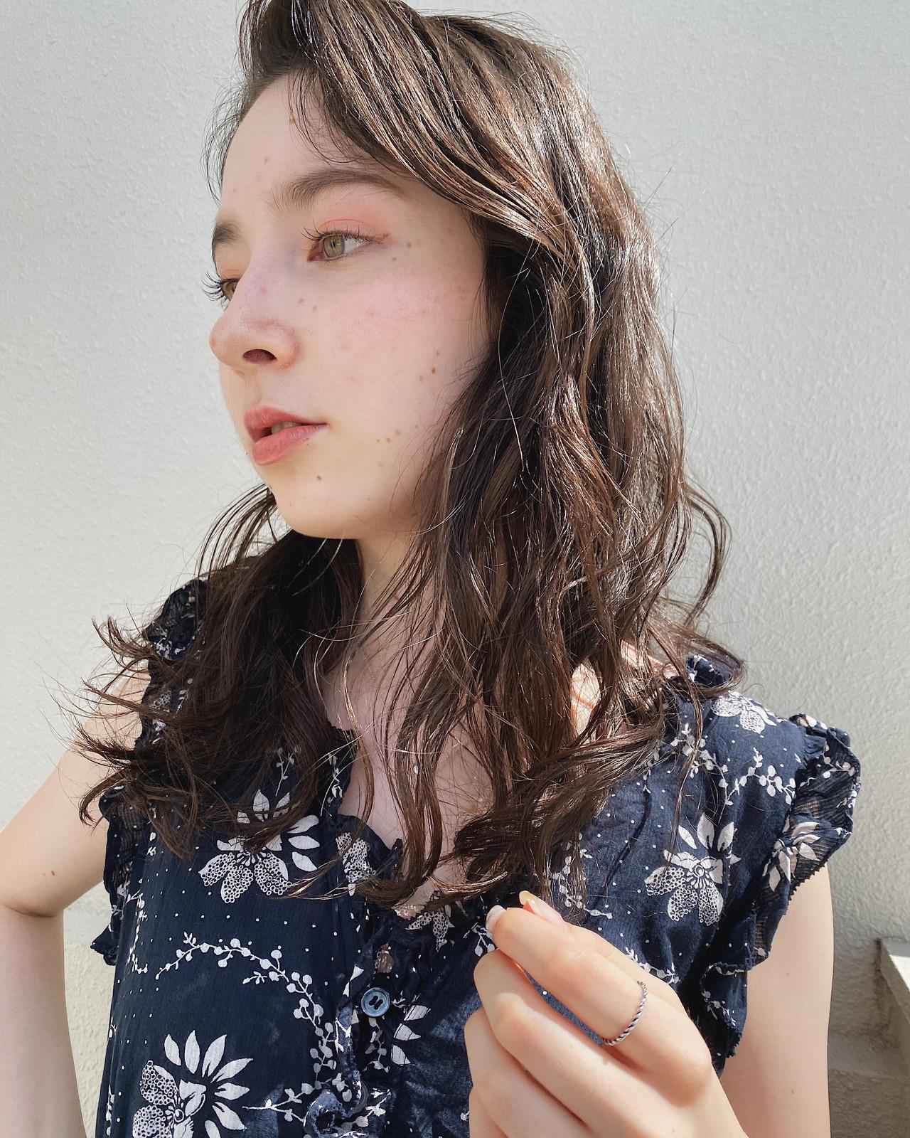 セミロング ナチュラル ゆるウェーブ 透明感 ヘアスタイルや髪型の写真・画像