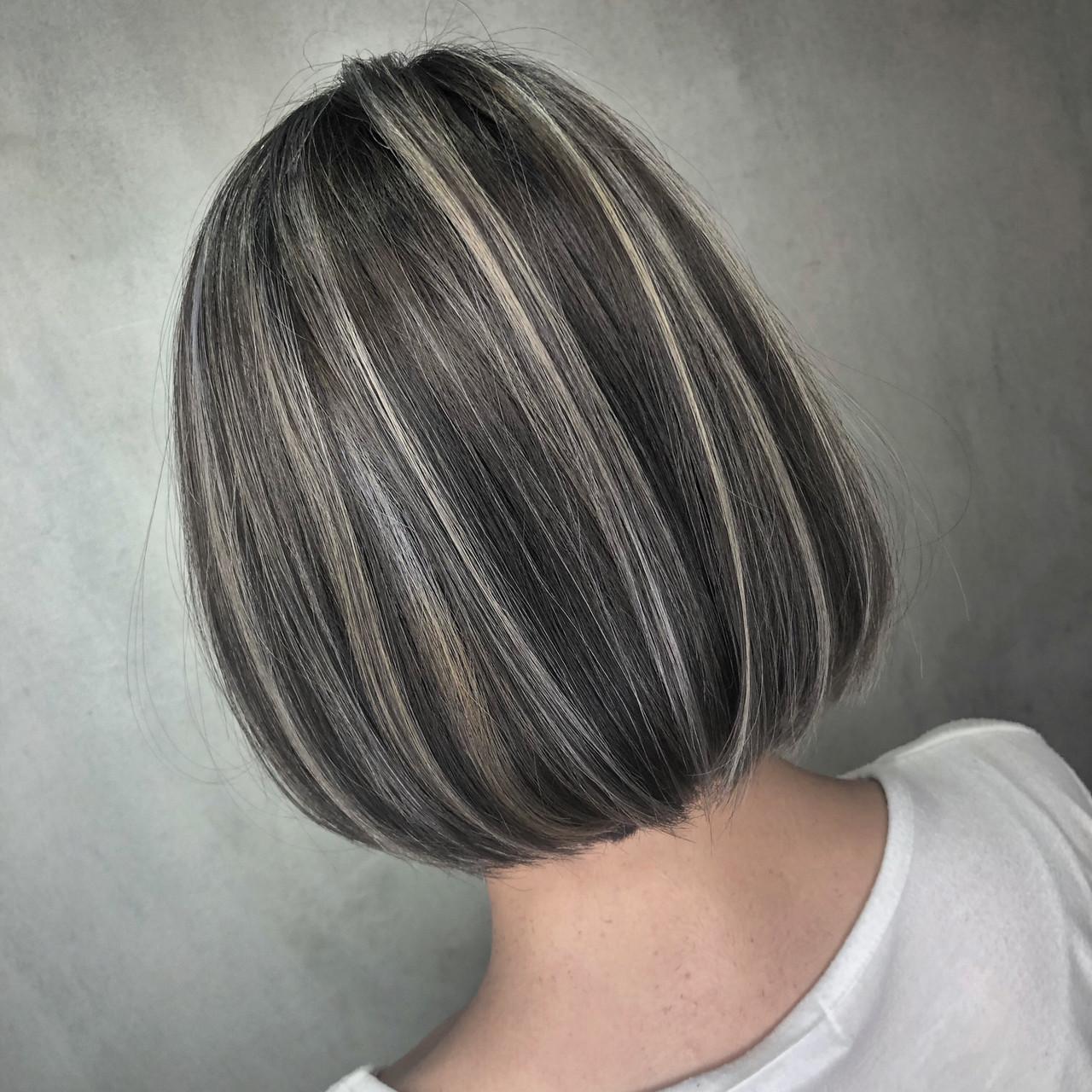 グレージュ ハイライト ボブ ナチュラルヘアスタイルや髪型の写真・画像