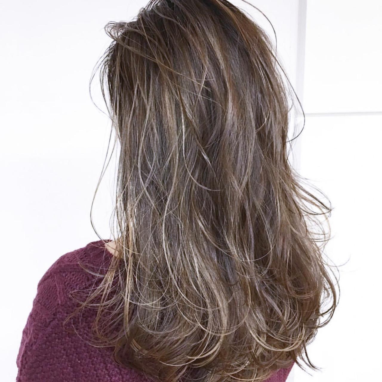 コントラストハイライト バレイヤージュ アッシュグレージュ ミディアムレイヤーヘアスタイルや髪型の写真・画像