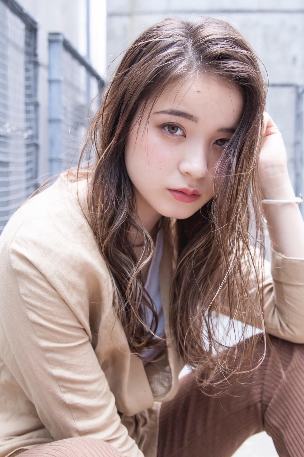 グレージュ ロング ハイライト フェミニン ヘアスタイルや髪型の写真・画像   西山 頌太 / ROJITHA