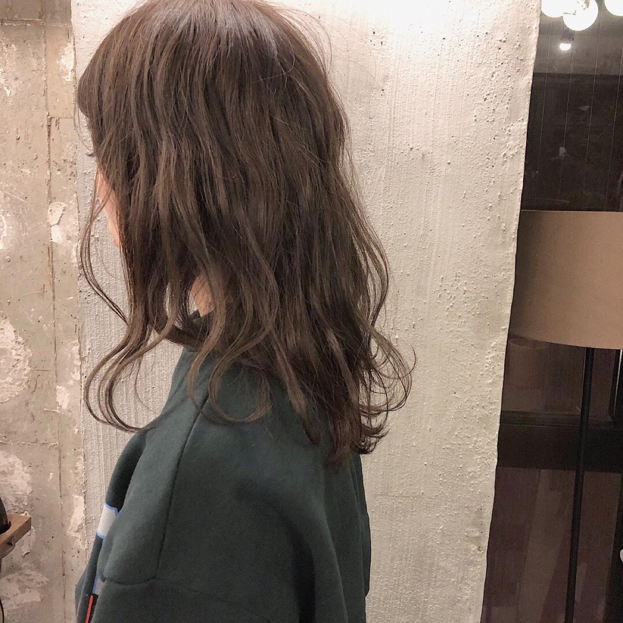 オフィス セミロング 外国人風カラー デート ヘアスタイルや髪型の写真・画像 | 冨永 真太郎 / 人トナリ