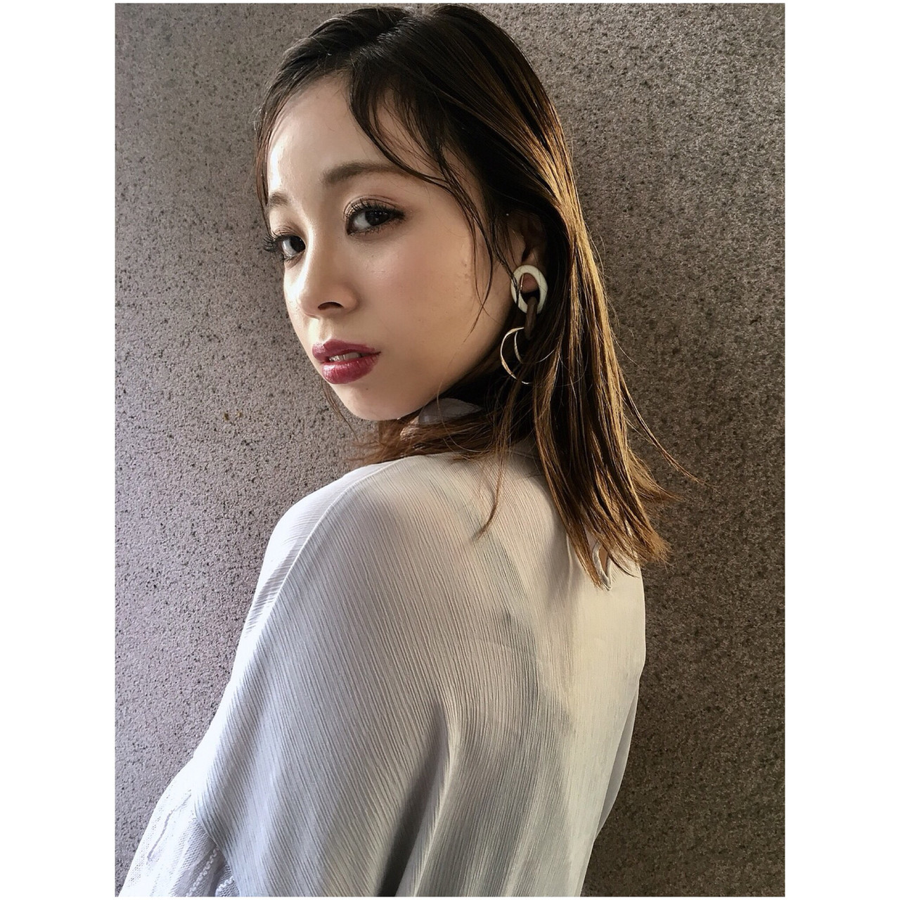 グレージュ ミディアム クラシカル 外ハネ ヘアスタイルや髪型の写真・画像 | Yumi Hiramatsu / Sourire Imaizumi【スーリール イマイズミ】