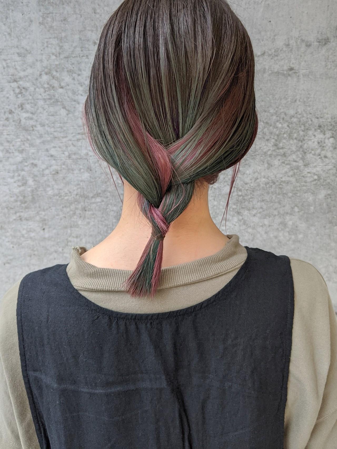 グラデーションカラー ターコイズブルー ワイドバング ナチュラルヘアスタイルや髪型の写真・画像