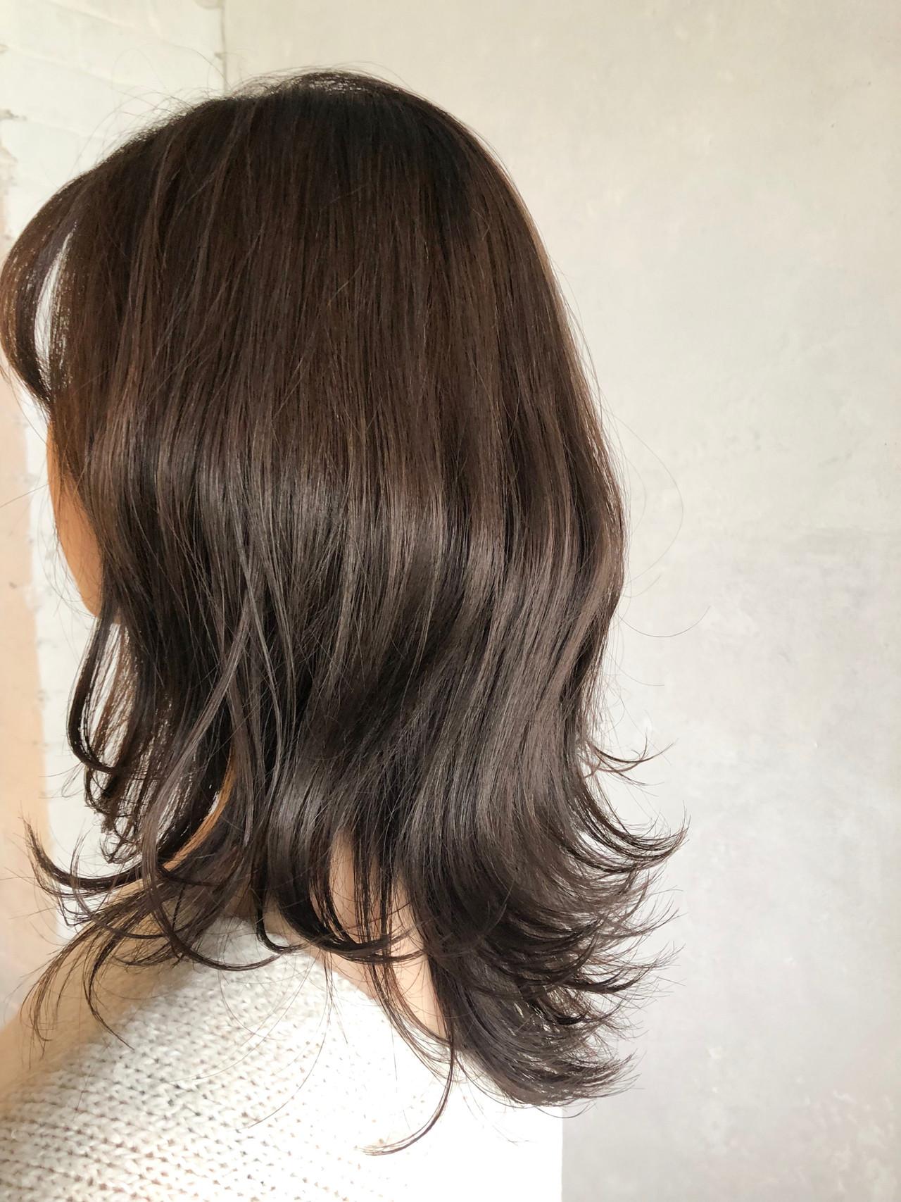 ミディアムレイヤー レイヤー グレージュ 外ハネヘアスタイルや髪型の写真・画像