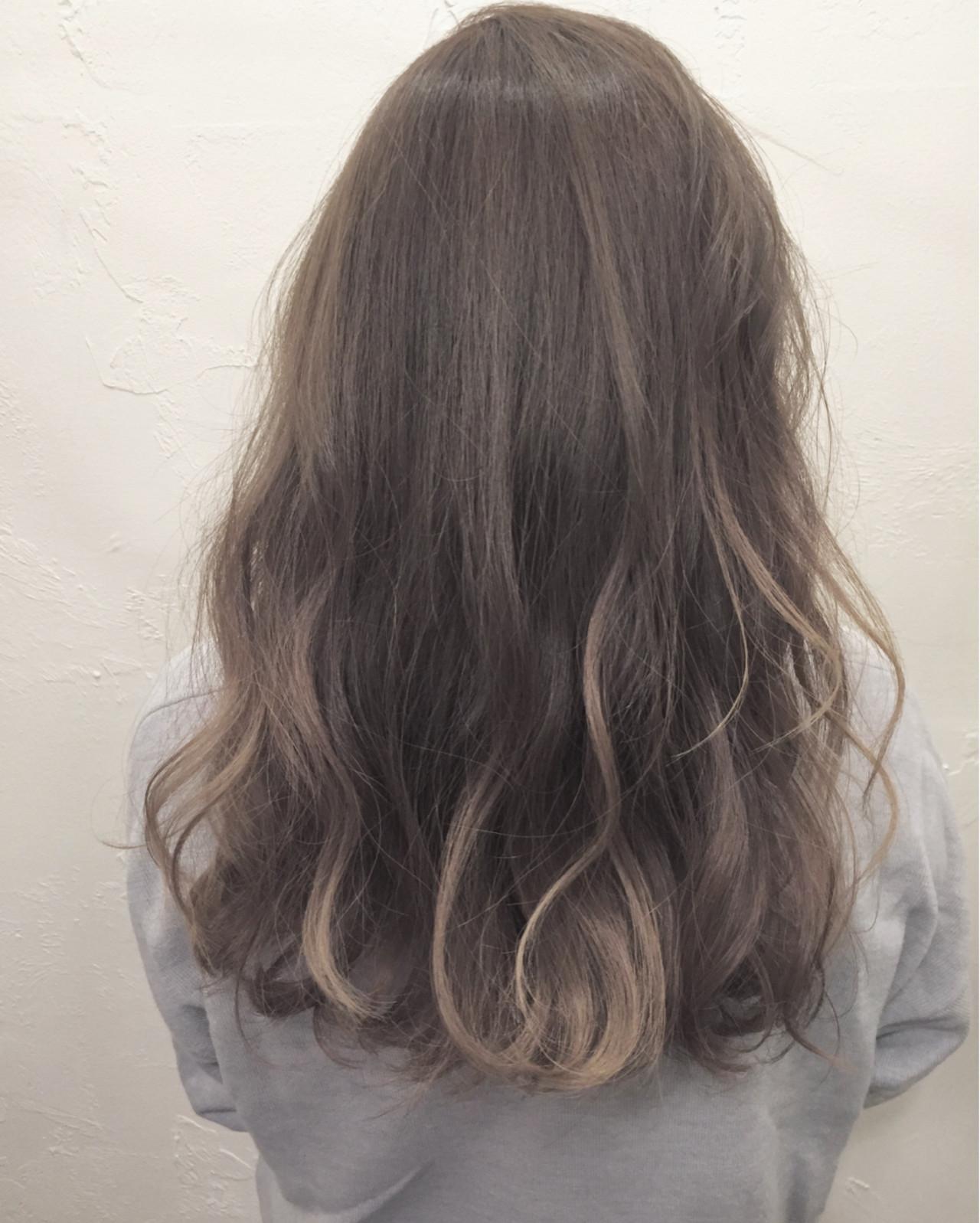 アッシュ ミディアム ナチュラル ハイライトヘアスタイルや髪型の写真・画像