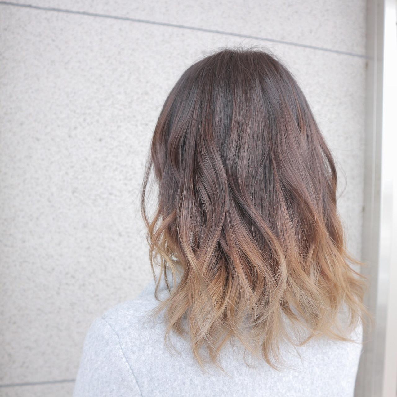 ミディアム グラデーションカラー ブリーチ ナチュラルヘアスタイルや髪型の写真・画像