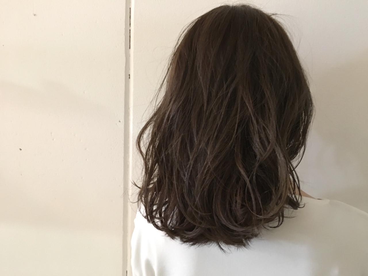 ハイライト ミディアム グレージュ アッシュ ヘアスタイルや髪型の写真・画像   杉谷 将也 / DiLL / DiLL