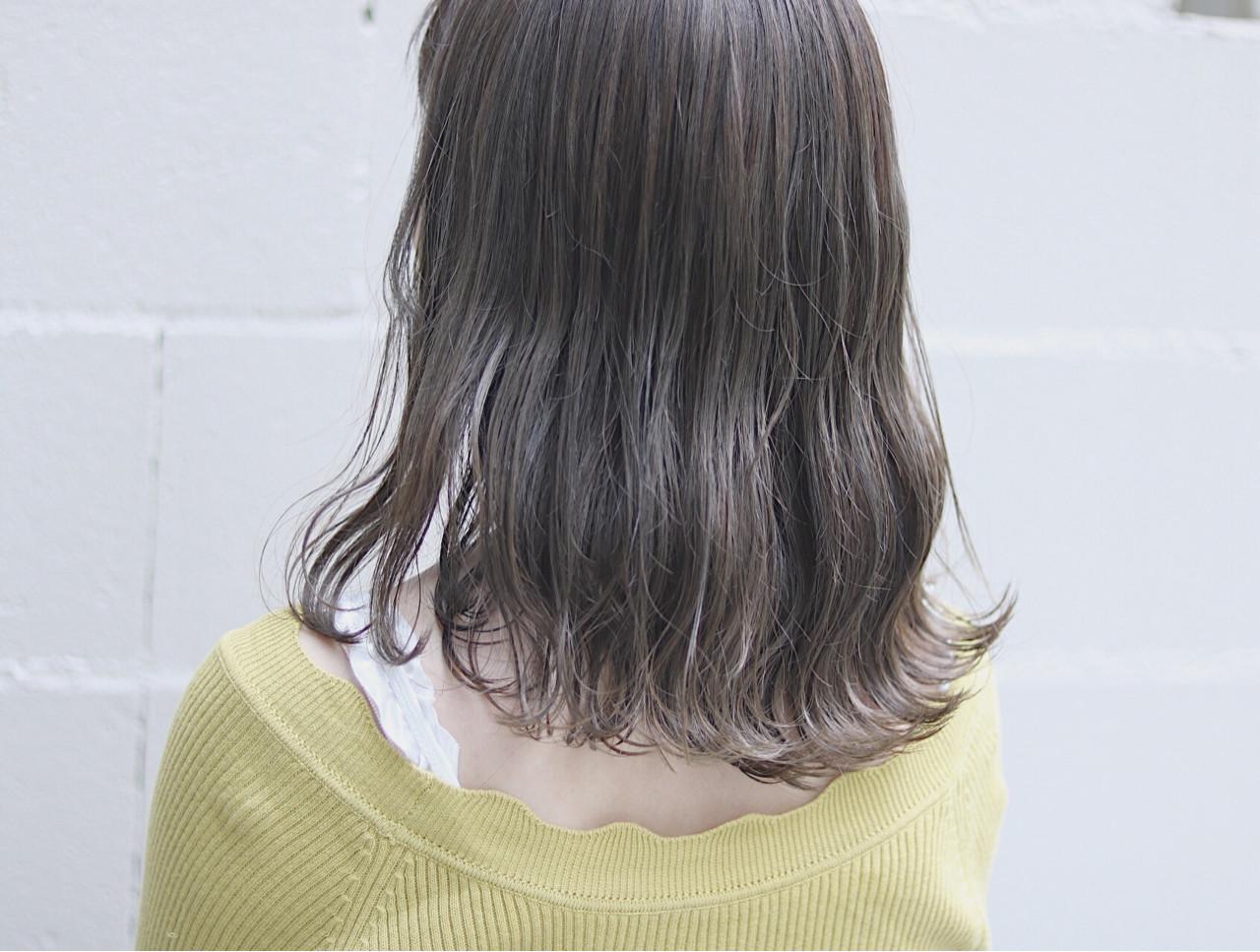 ナチュラル 切りっぱなし ミディアム イルミナカラーヘアスタイルや髪型の写真・画像
