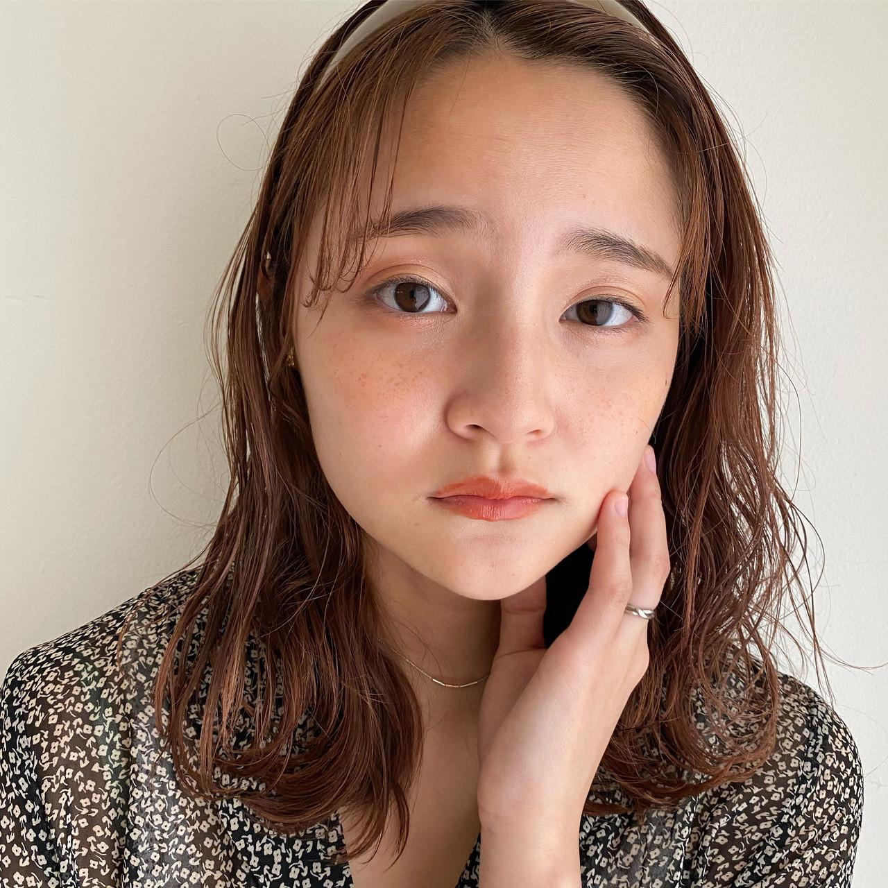 ミディアム ゆるふわパーマ ニュアンスパーマ カチューシャ ヘアスタイルや髪型の写真・画像