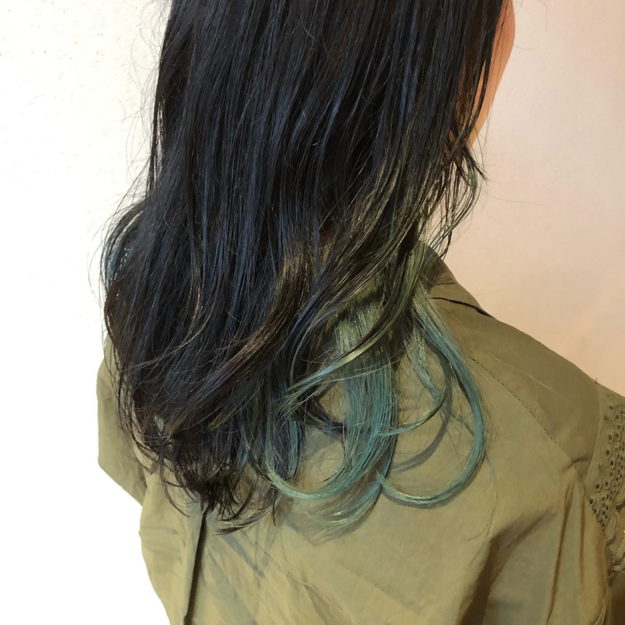 インナーグリーン エメラルドグリーンカラー インナーカラーグレー グリーンヘアスタイルや髪型の写真・画像