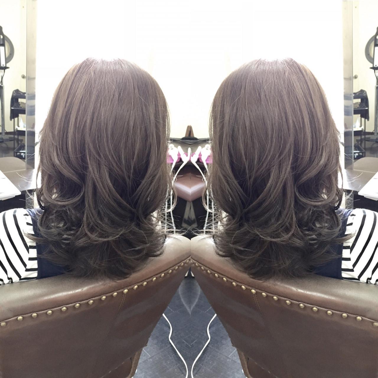 外国人風 グレージュ ミディアム アッシュヘアスタイルや髪型の写真・画像