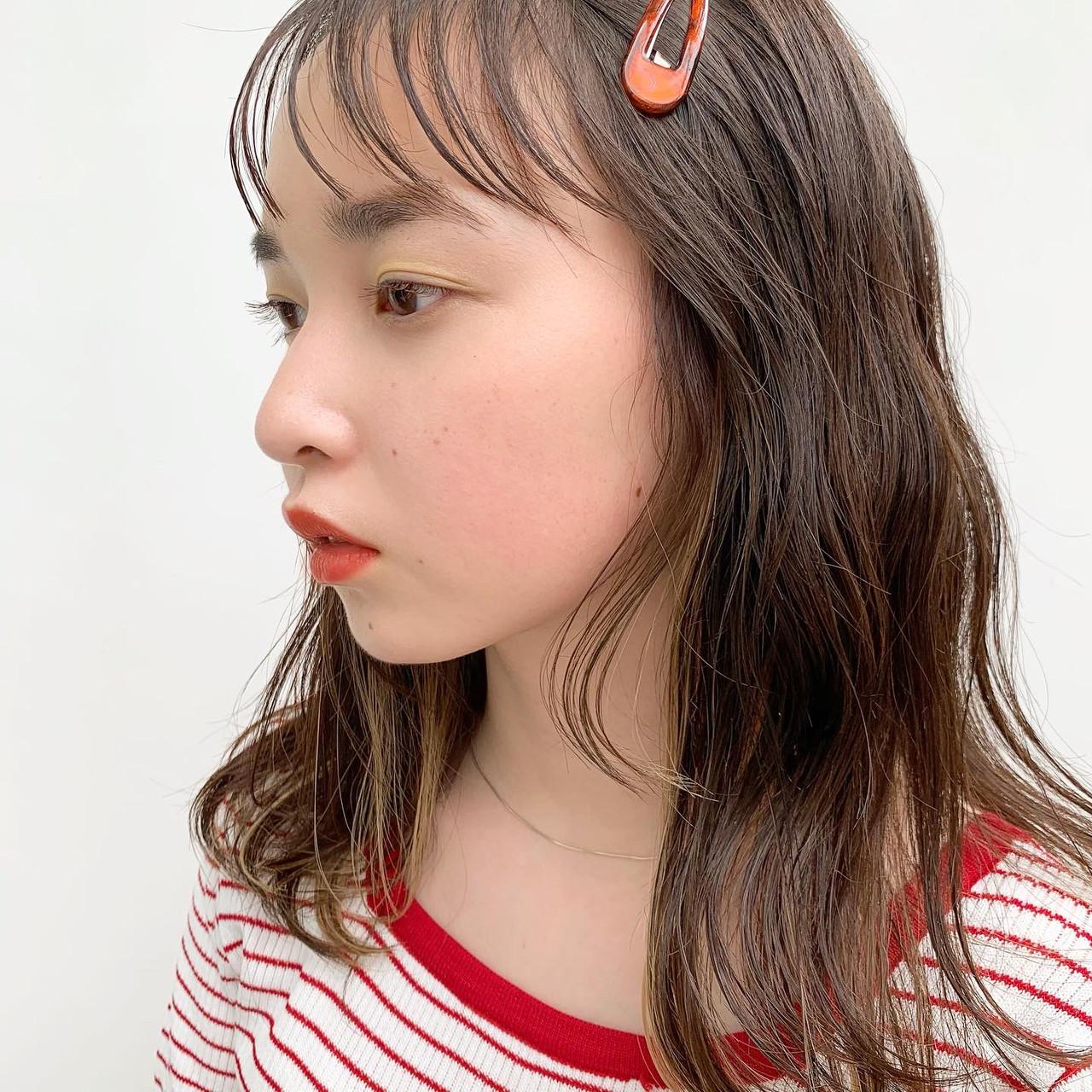 ミディアム ナチュラル インナーカラー ブリーチカラーヘアスタイルや髪型の写真・画像