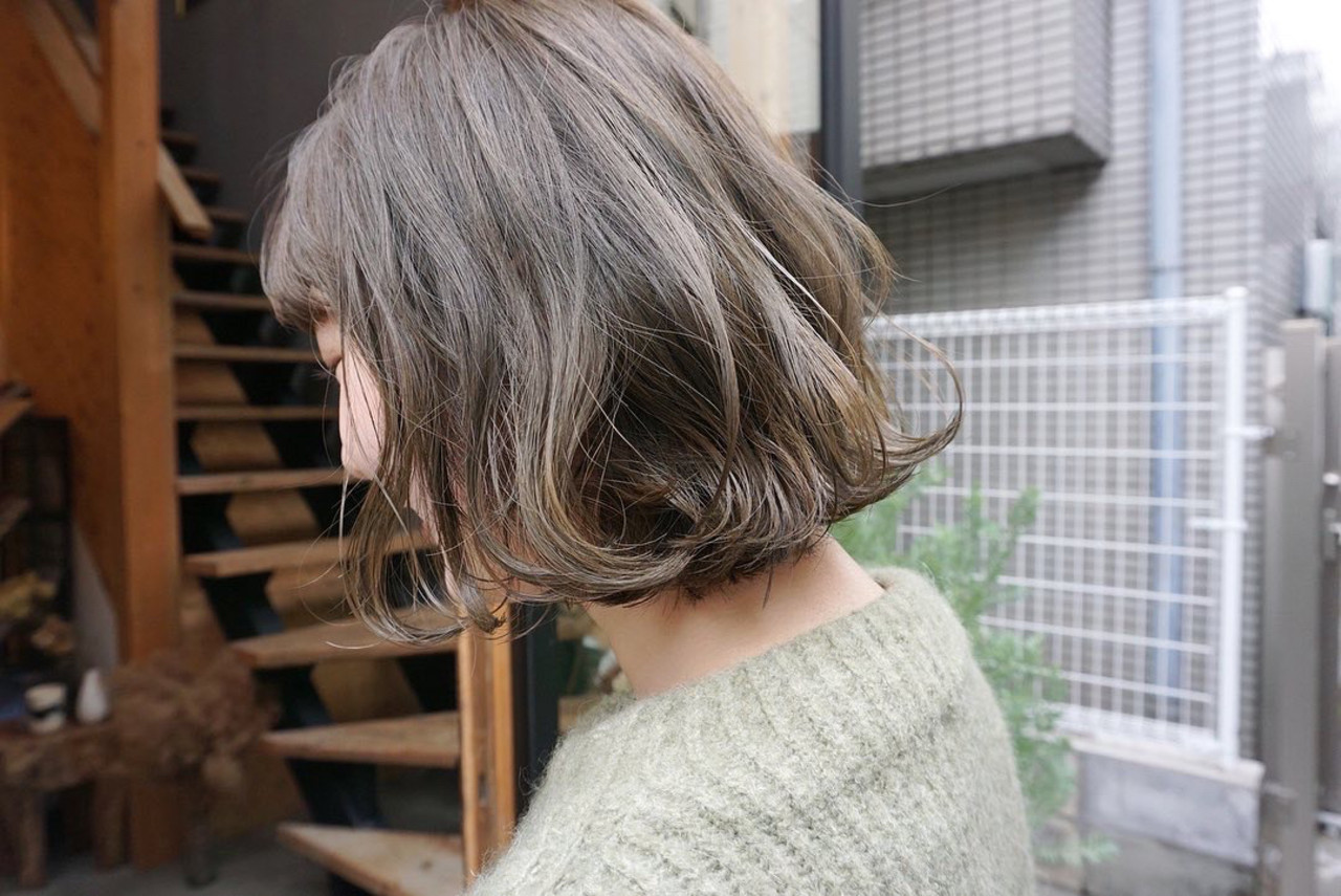 くすみベージュ 切りっぱなしボブ アンニュイほつれヘア 透明感カラーヘアスタイルや髪型の写真・画像