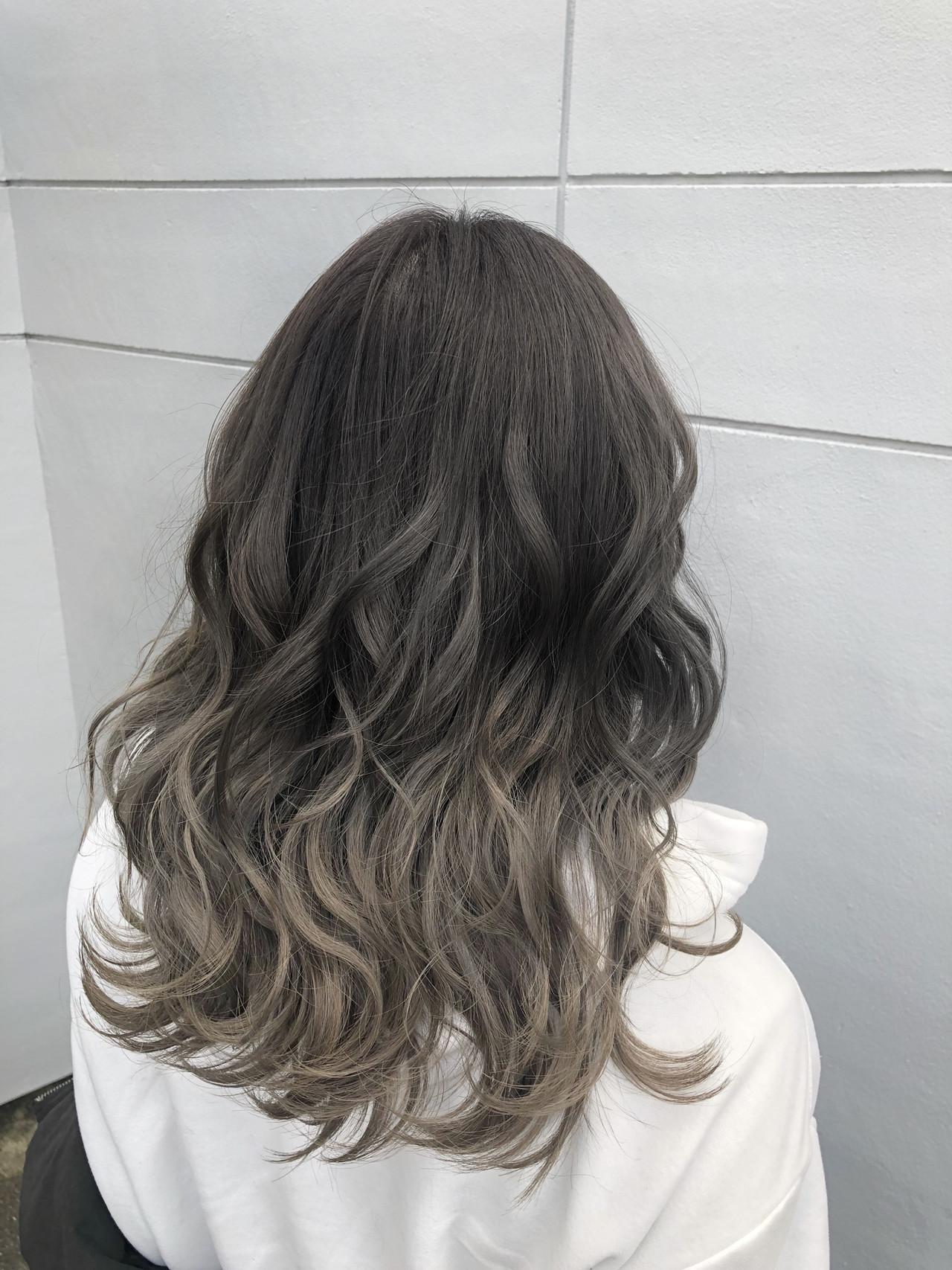 グレージュ グラデーションカラー ダークグレー ミディアムヘアスタイルや髪型の写真・画像