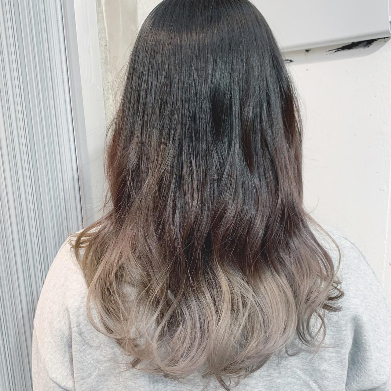 セミロング ミルクティーグレージュ グレージュ グラデーションカラーヘアスタイルや髪型の写真・画像