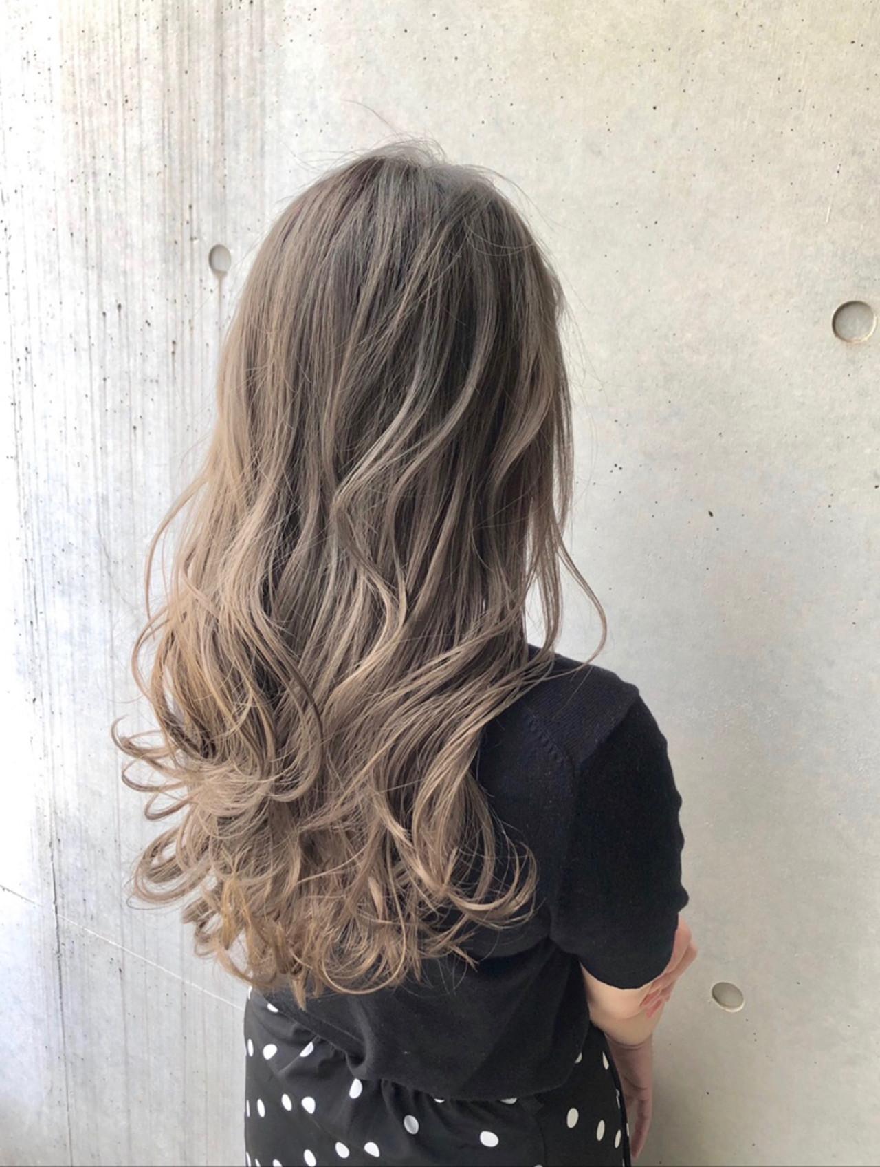 ロング バレイヤージュ ミルクティーグレージュ ストリート ヘアスタイルや髪型の写真・画像