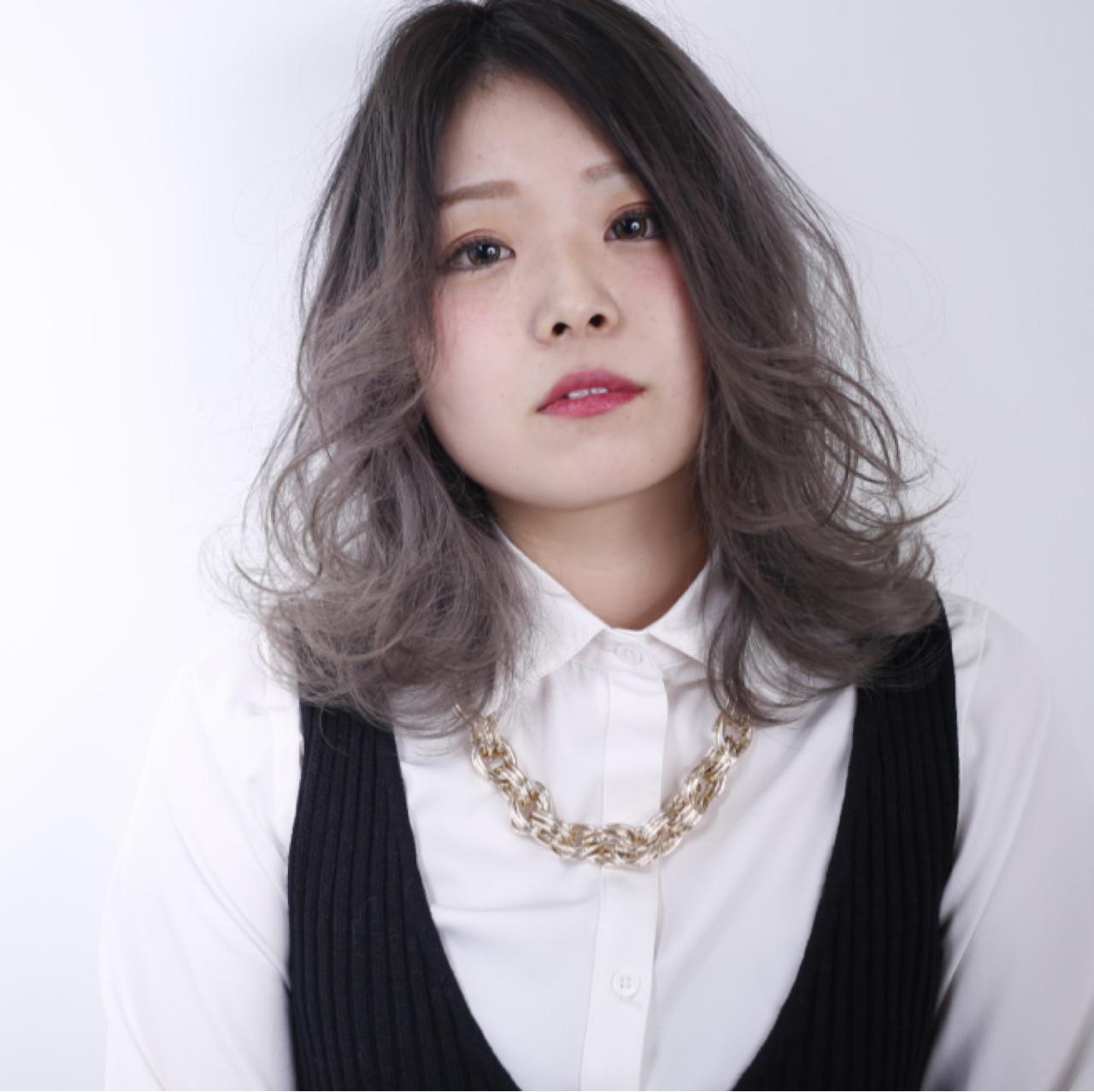 アッシュ 外国人風 ベージュ ストリートヘアスタイルや髪型の写真・画像