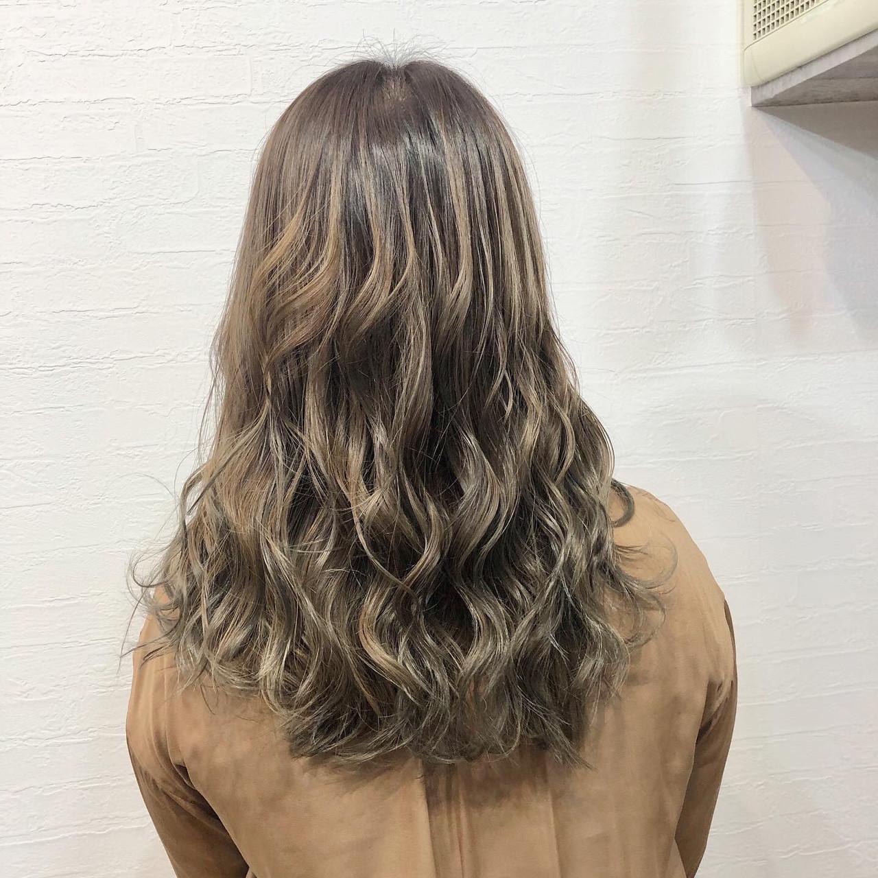 バレイヤージュ ロング 3Dハイライト グレージュヘアスタイルや髪型の写真・画像