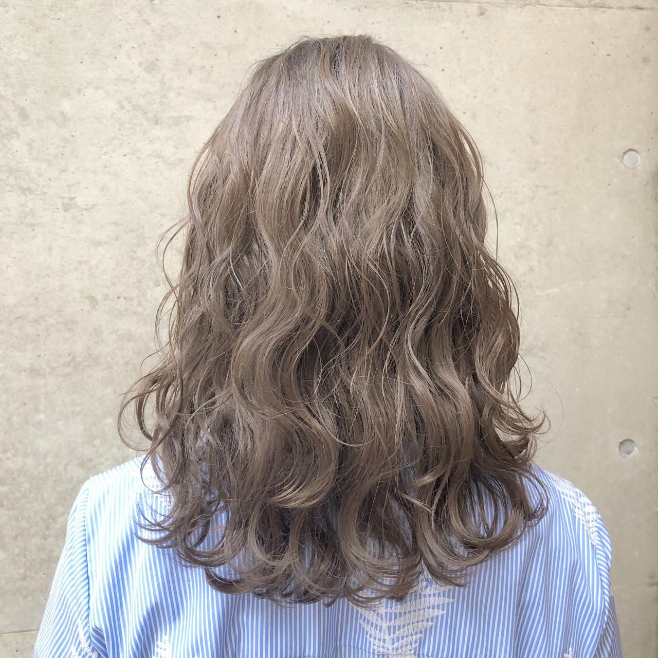 グレージュ 外国人風カラー セミロング ストリートヘアスタイルや髪型の写真・画像