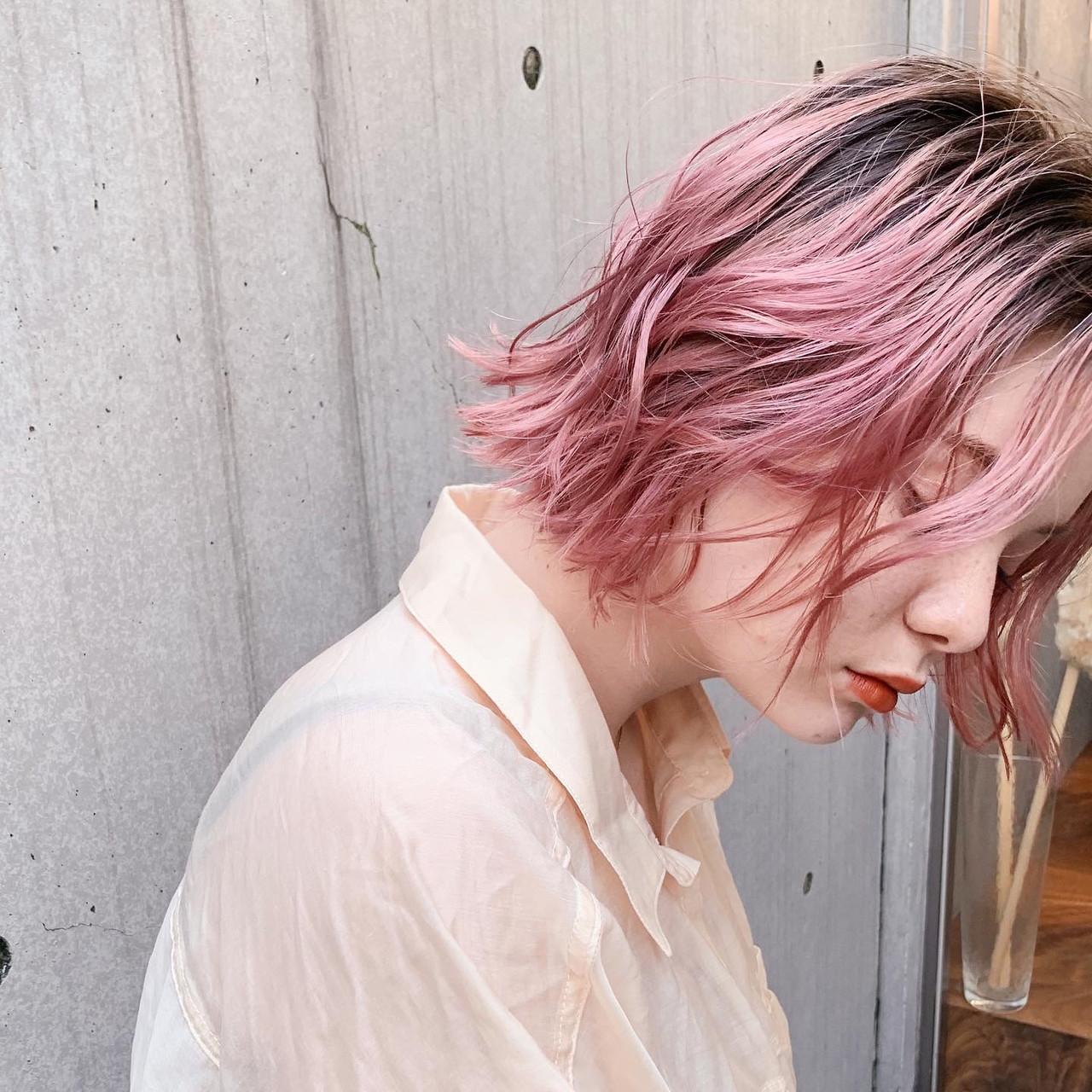 ピンクブラウン ピンクベージュ 前下がりボブ 切りっぱなしボブヘアスタイルや髪型の写真・画像