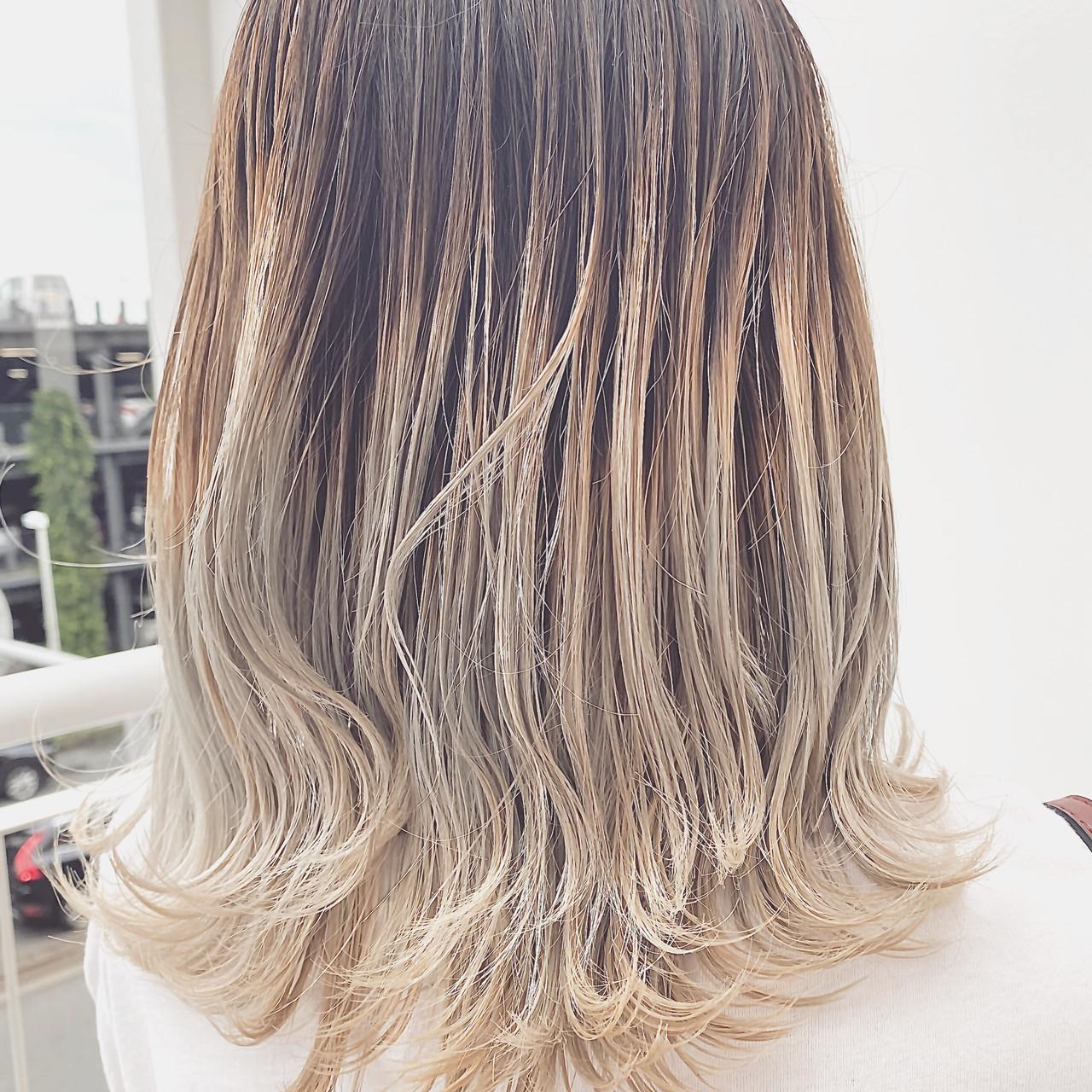 バレイヤージュ ストリート ミディアム グレージュ ヘアスタイルや髪型の写真・画像