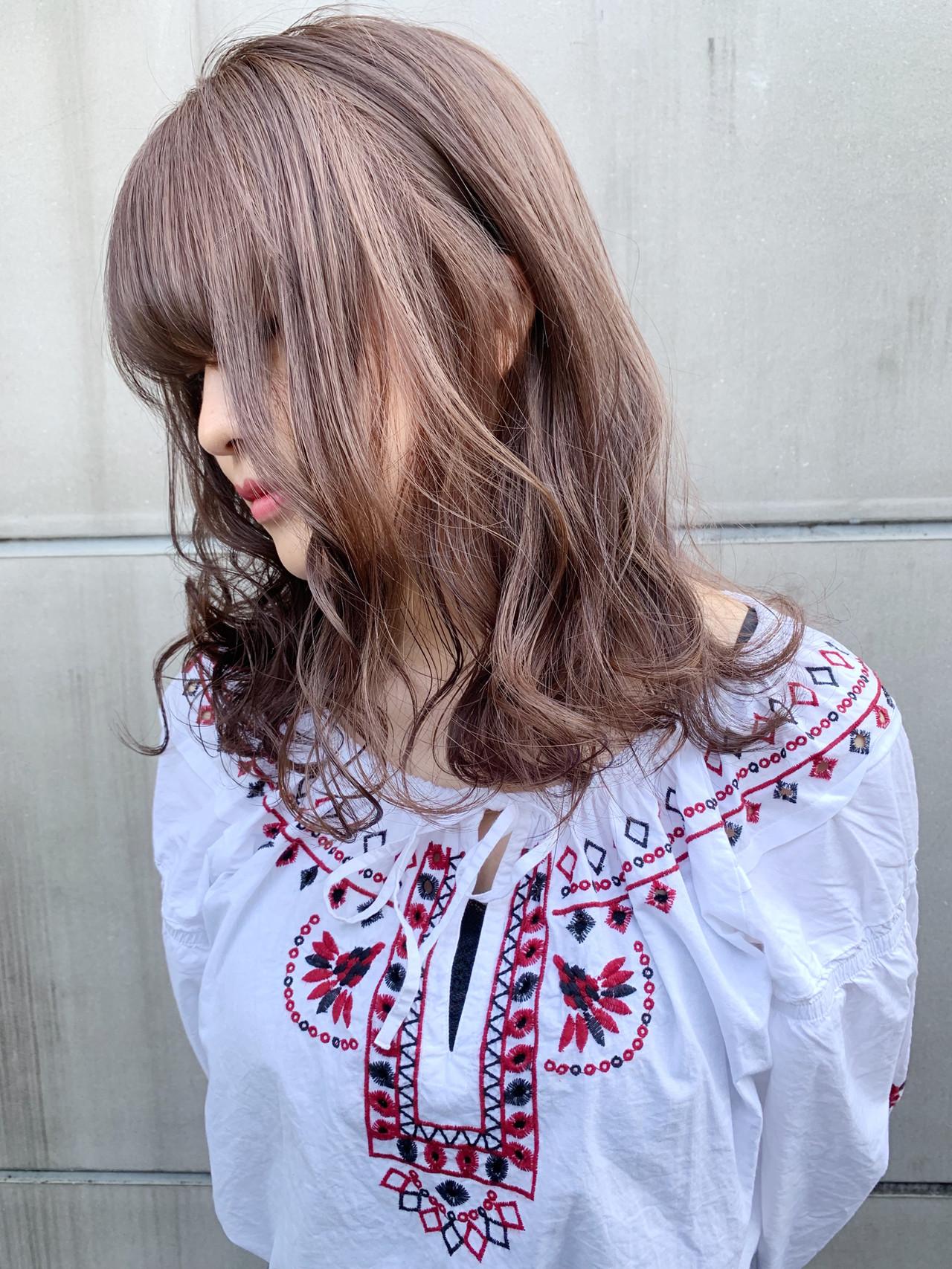 グレージュ ミルクティー セミロング デート ヘアスタイルや髪型の写真・画像 | 阪下 裕紀 / フリーランス /SALOWIN
