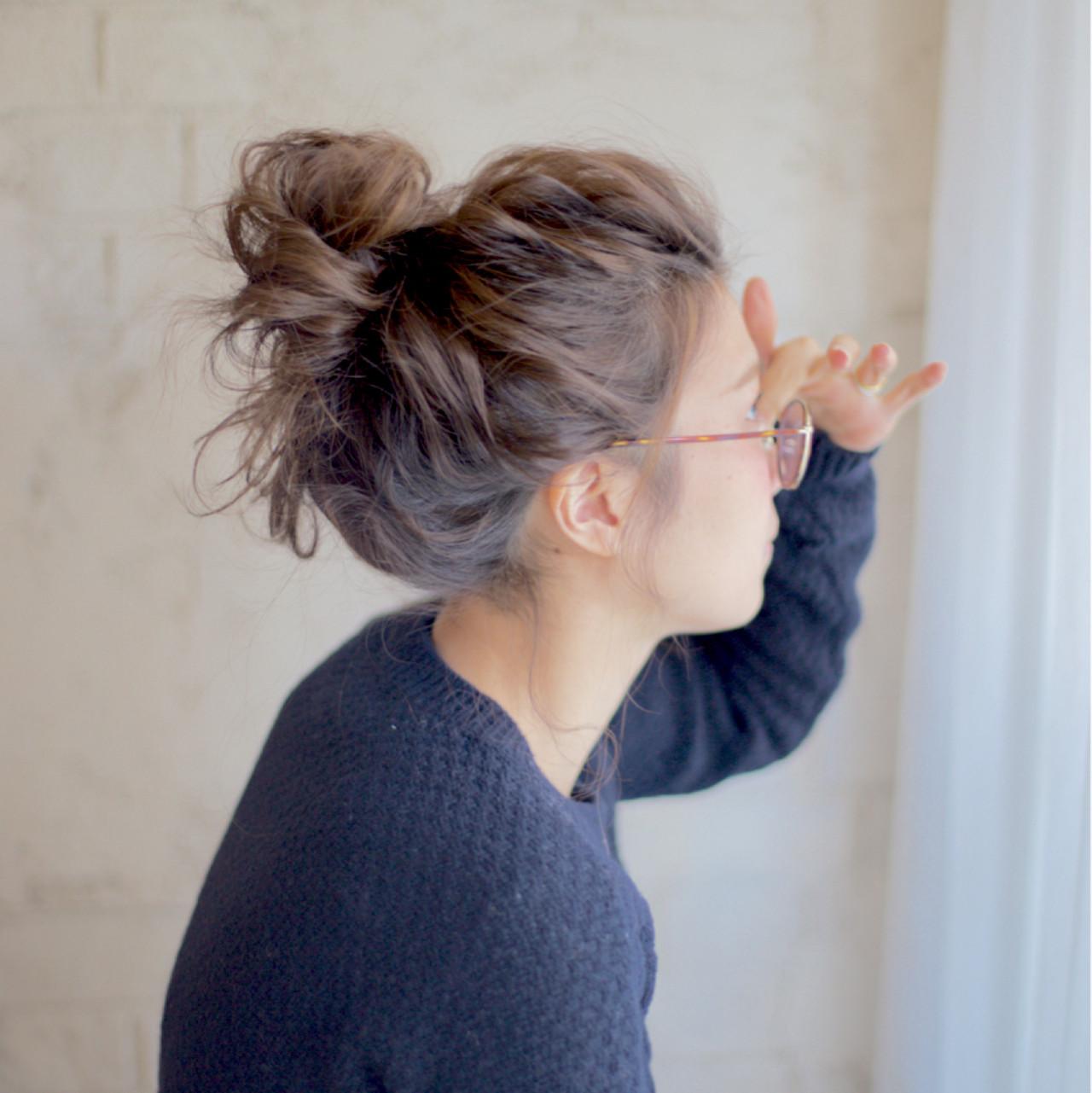 セミロング お団子 ヘアアレンジ メッシーバンヘアスタイルや髪型の写真・画像