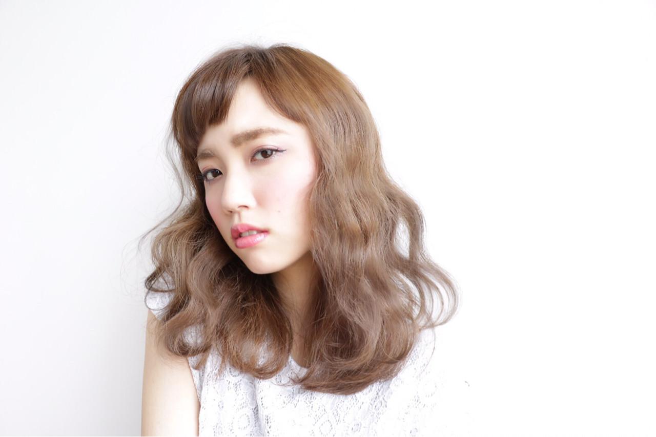 セミロング 波ウェーブ 前髪あり 外国人風ヘアスタイルや髪型の写真・画像