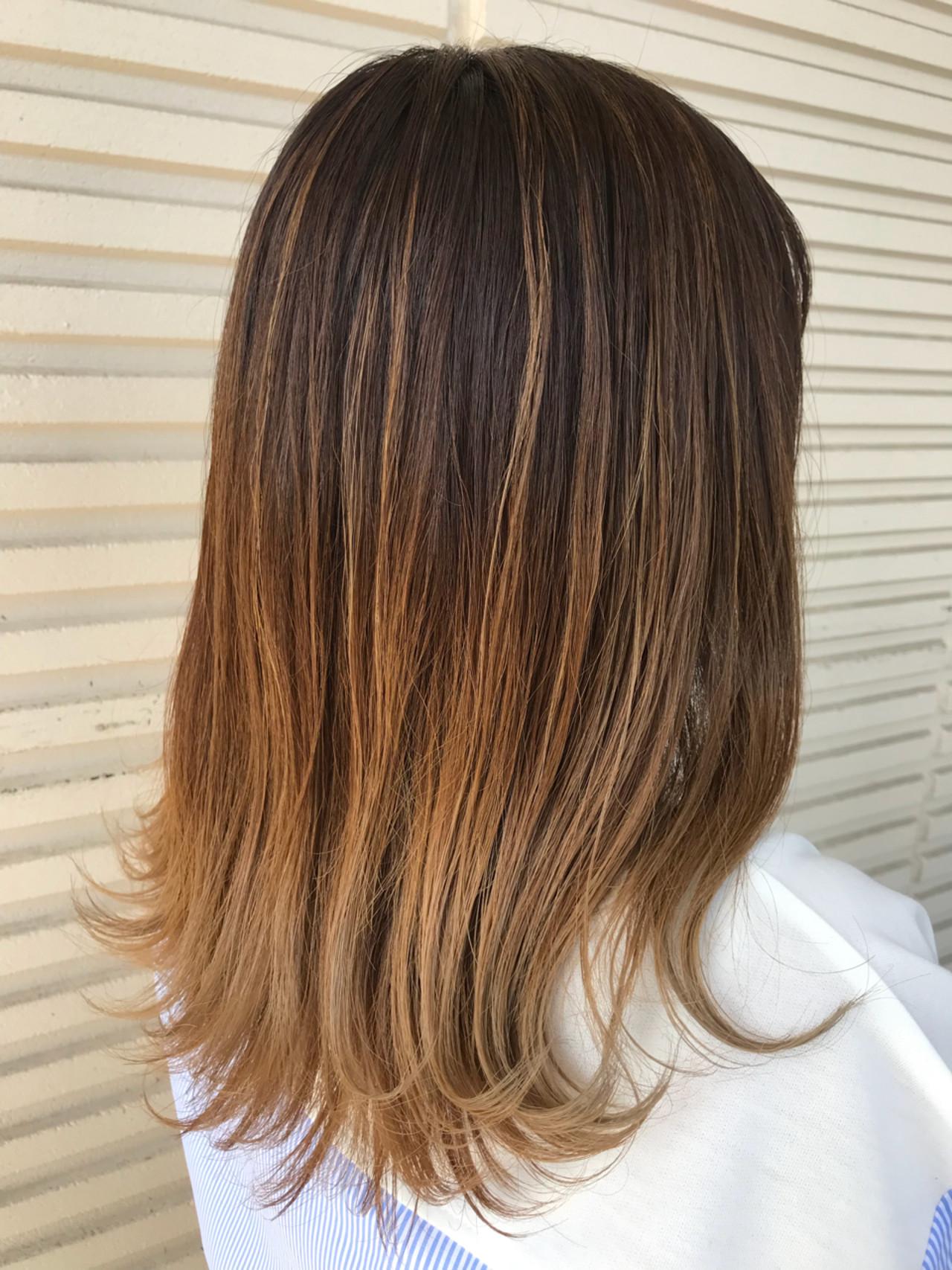 外ハネ ウェットヘア セミロング グラデーションカラーヘアスタイルや髪型の写真・画像
