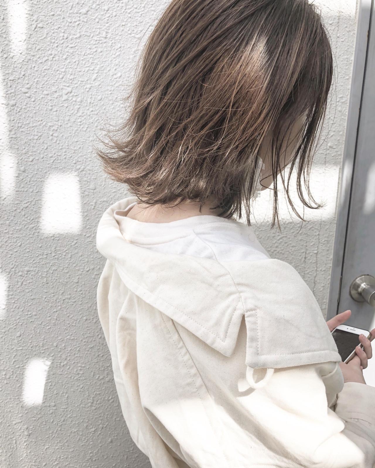 オフィス グレージュ ミディアム ナチュラルヘアスタイルや髪型の写真・画像