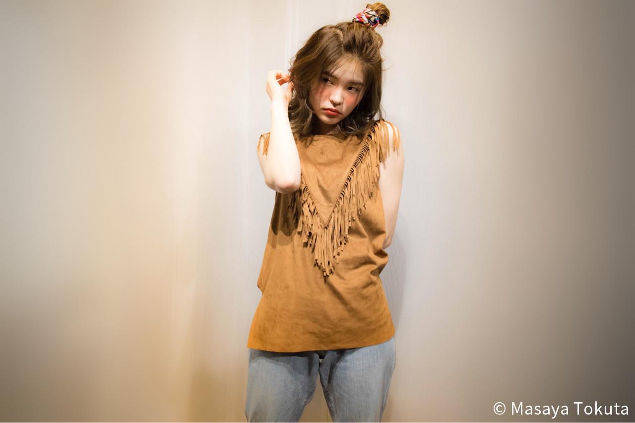外国人風 簡単ヘアアレンジ ハーフアップ ミディアム ヘアスタイルや髪型の写真・画像 | 徳田 誠也 / HOEKHOEK