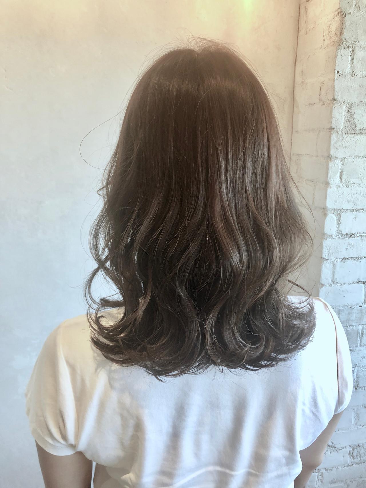 イルミナカラー セミロング アッシュグレージュ 外ハネヘアスタイルや髪型の写真・画像