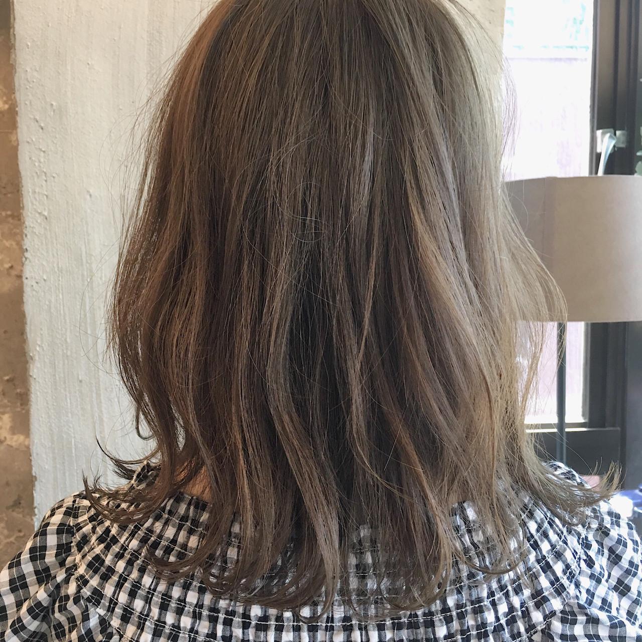 女子会 外国人風カラー リラックス ミディアムヘアスタイルや髪型の写真・画像