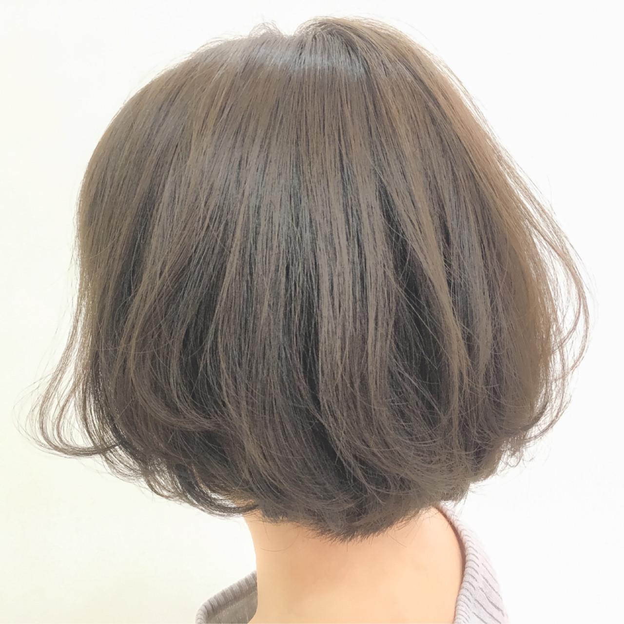 グレージュ ボブ アッシュベージュ ナチュラルヘアスタイルや髪型の写真・画像