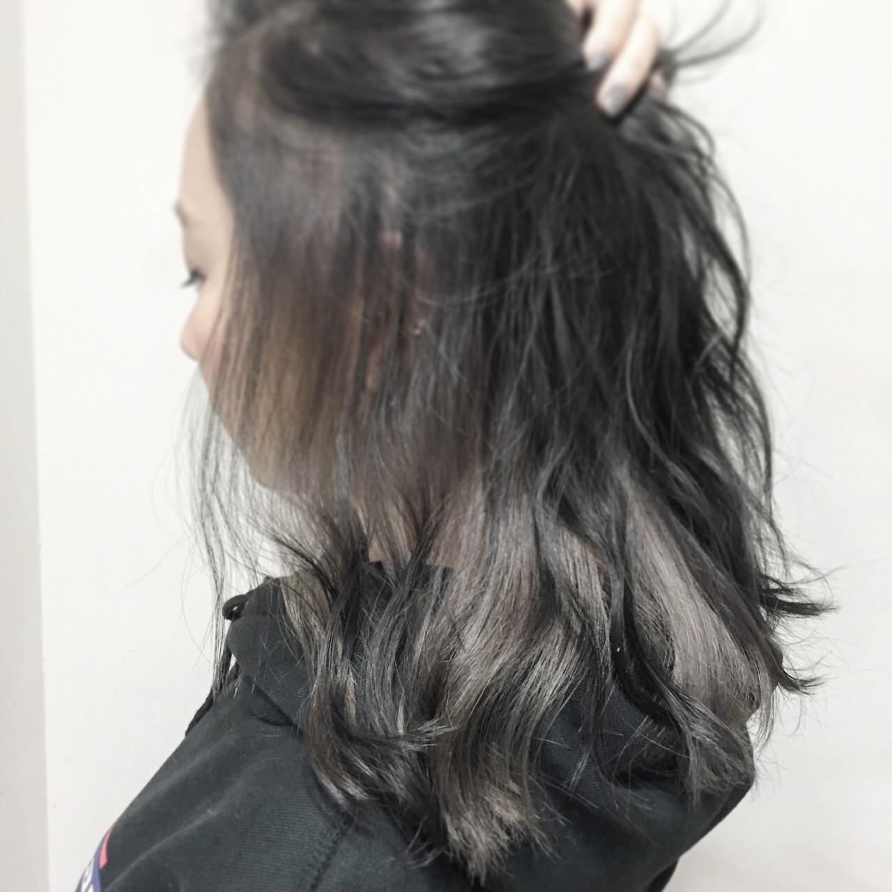 ミディアム ガーリー グレージュ インナーカラーヘアスタイルや髪型の写真・画像