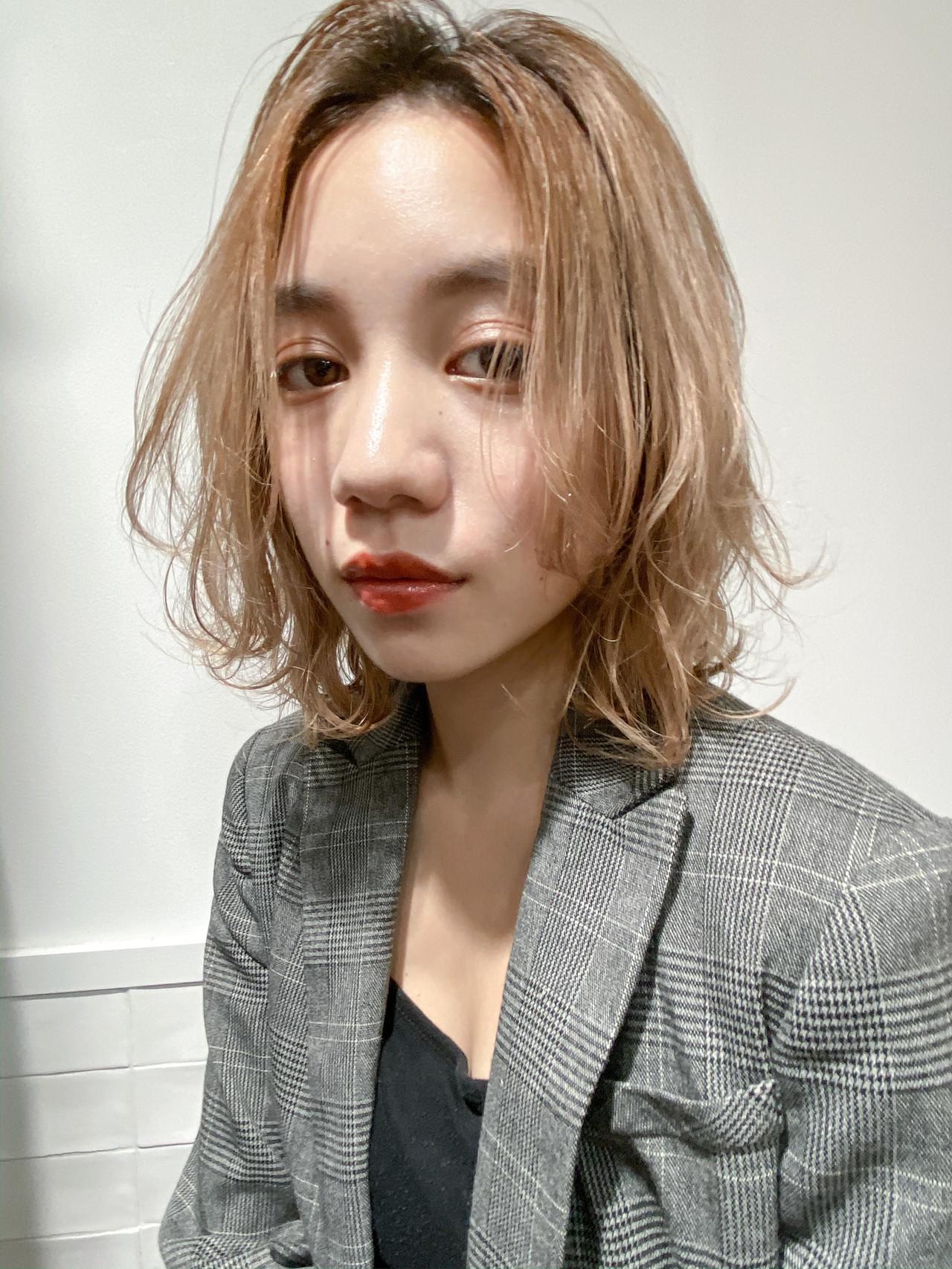 ベージュ 透明感カラー ミディアム ミルクティーベージュ ヘアスタイルや髪型の写真・画像