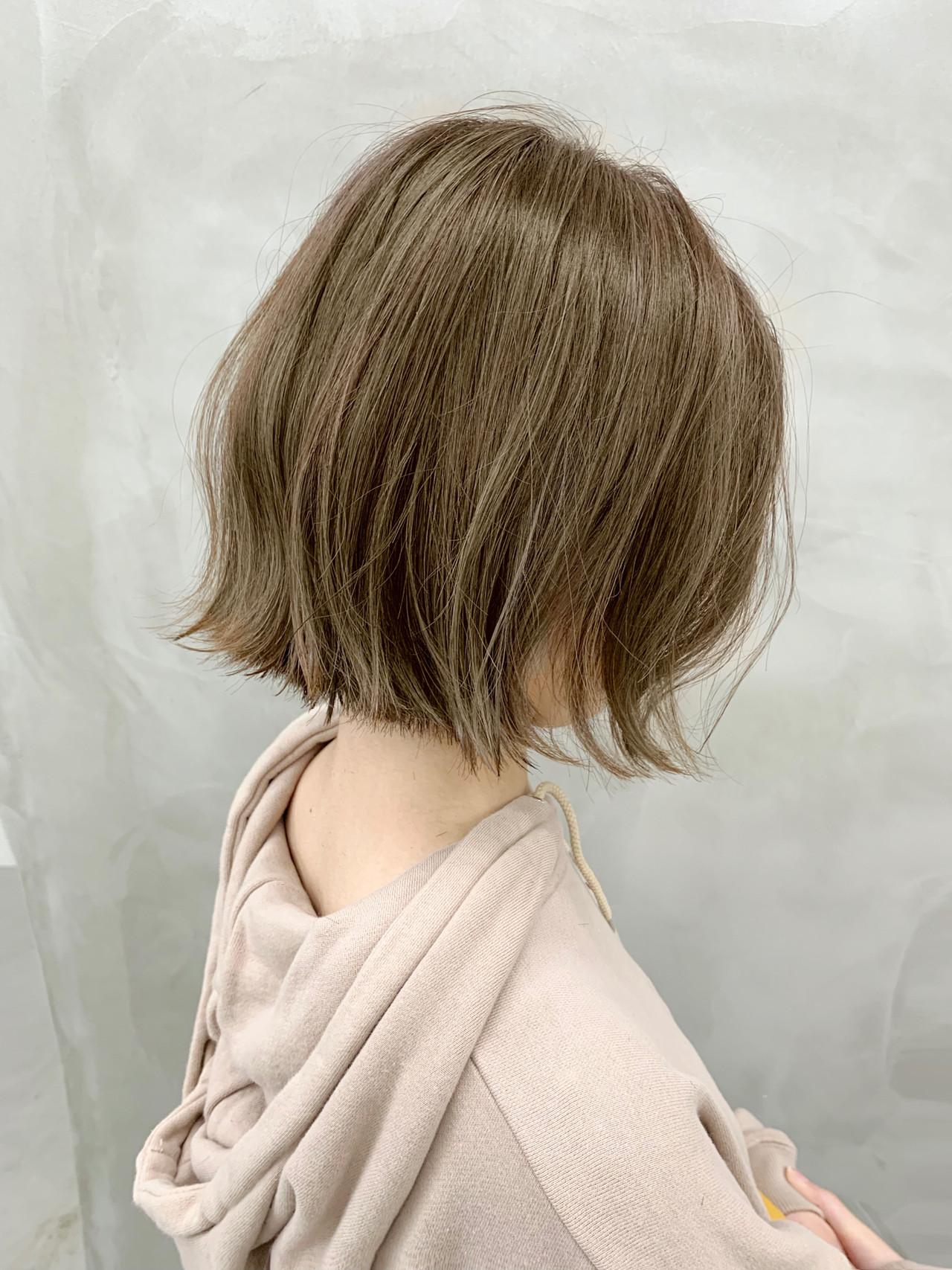 ベージュ 切りっぱなしボブ ナチュラル ミニボブヘアスタイルや髪型の写真・画像