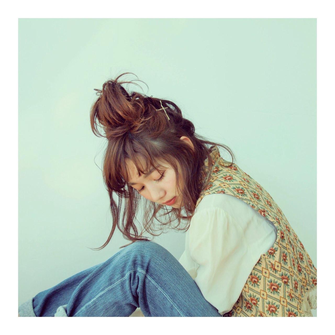 ミディアム お団子 ナチュラル 卵型 ヘアスタイルや髪型の写真・画像 | ふじおか ゆか /